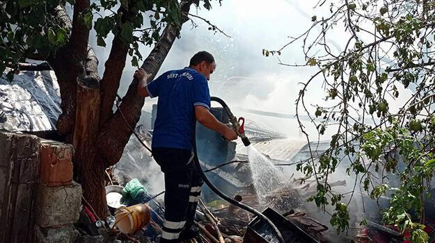 Odun deposunda yangın çıktı! 3 çocuk dumandan etkilendi