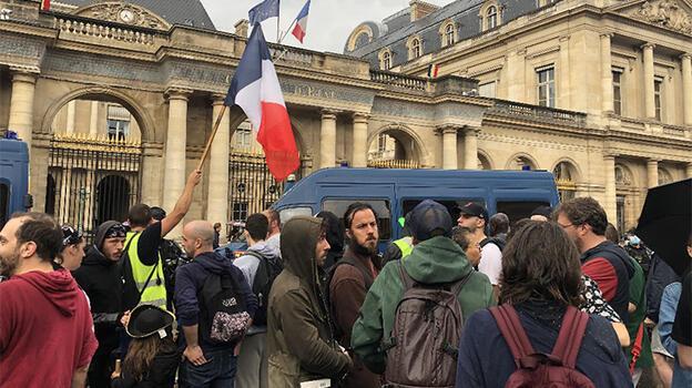 Fransa'da Kovid-19 aşı zorunluluğu ve sağlık ruhsatı protesto edildi