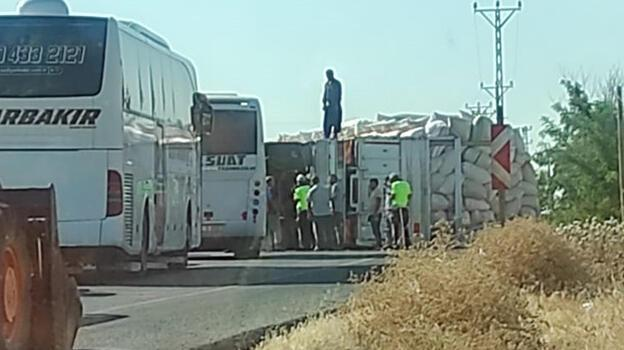 Diyarbakır'da saman yüklü kamyon devrildi: 2 yaralı