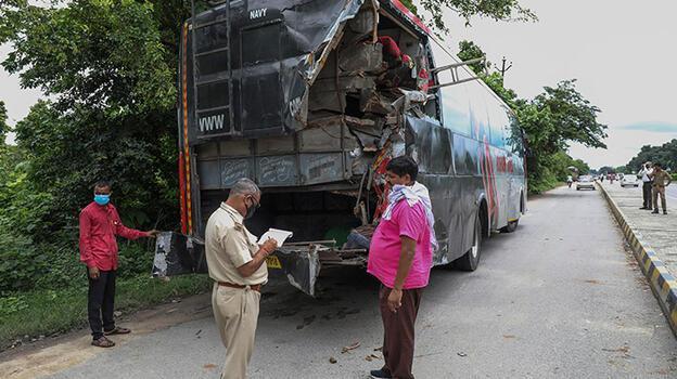 Yol kenarında uyuyan işçilere kamyon çarptı: 18 ölü