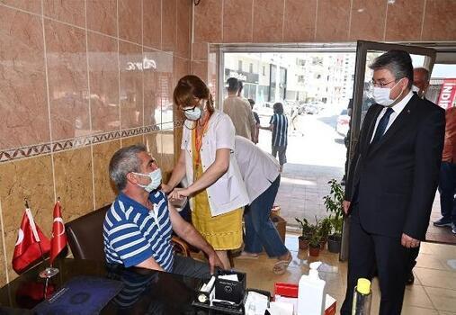 Aşı olmak isteyen vatandaşlara mobil ekipler tarafından aşı yapıldı