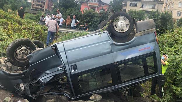 Rize'de refüje çarpan otomobil denizdeki kayaların üzerine düştü: 5 yaralı