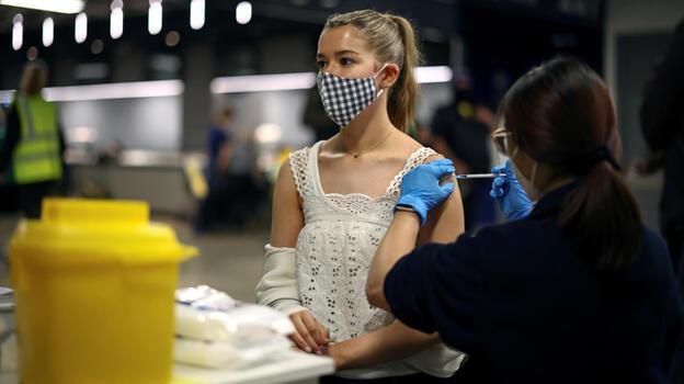 Koronavirüs aşısı İngiltere'de 60 bin kişinin hayatını kurtardı