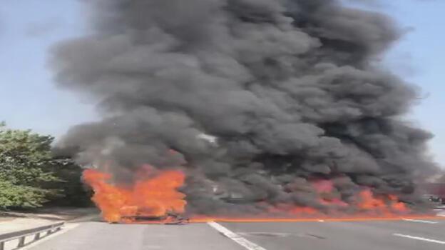Esenyurt'ta otomobil yandı! Alevler nedeniyle TEM kapandı