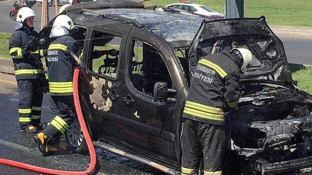 Diyarbakır'da hafif ticari araç, seyir halindeyken yandı