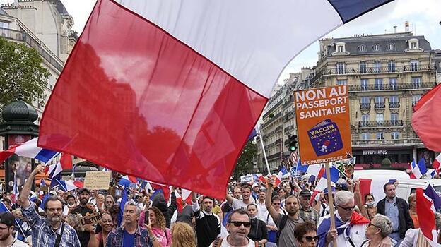 Fransa'da aşı karşıtları meydanları doldurdu