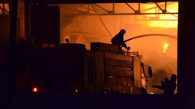 Geri dönüşüm tesisinde korkutan yangın! Kontrol altına alındı