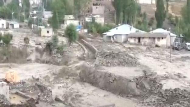 Son dakika: Van Başkale'yi sel vurdu! Köylüler damların üstüne sığındı