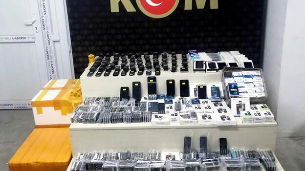 İzmir'de 3 milyon 500 bin liralık kaçak ürün ele geçirildi