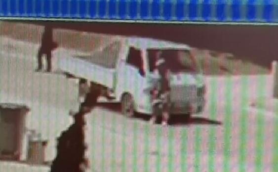 Yolun karşısına geçtiği sırada kamyonet çarptı; kaza anı kamerada