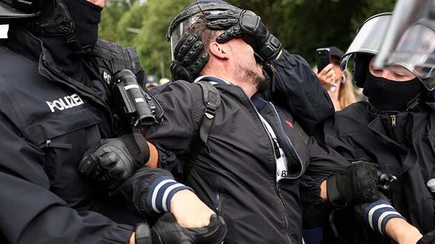 Almanya'da Kovid-19 önlemlerine karşı düzenlenen gösteride 600 gözaltı!