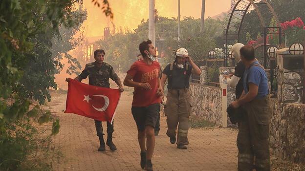 Dikkat çeken görüntü! Türk bayrağını bırakmadı
