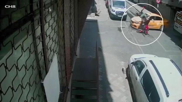 Bağcılar'da ara sokaktan çıkan taksiye motosikletli böyle çarptı