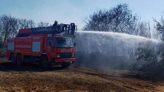 Antalya'da çalılık alanda korkutan yangın
