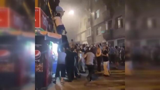 Fatih'te 4 katlı binada yangın: Çok sayıda kişi dumandan etkilendi