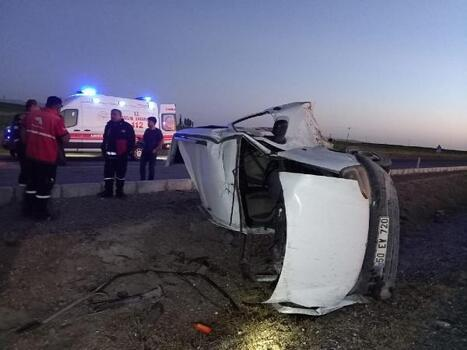 Hafif ticari araç takla attı; 2 yaralı