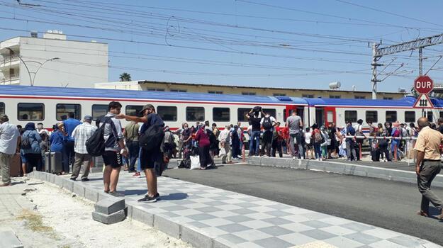 Son dakika... Tren ters makasa girdi; yolcular tahliye edildi