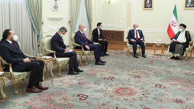 İran'ın 8. Cumhurbaşkanı Reisi yemin ederek resmen görevine başladı