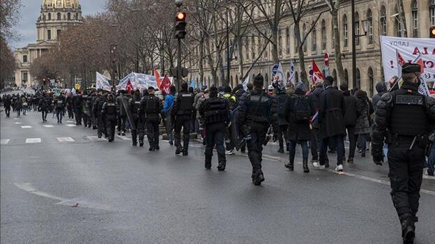 Fransa'da tartışmalı koronavirüs yasası onaylandı