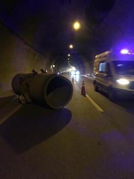 Trabzon'da aşırı yüklü TIR, tünelde havalandırma fanına çarptı