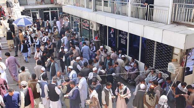 Kabil'de döviz bürolarına Afgan halkından yoğun ilgi