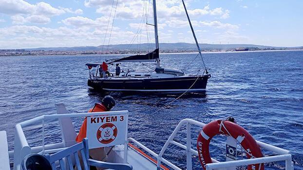 Yakıtı biten ve sürüklenen yelkenlideki 2 kişi kurtarıldı