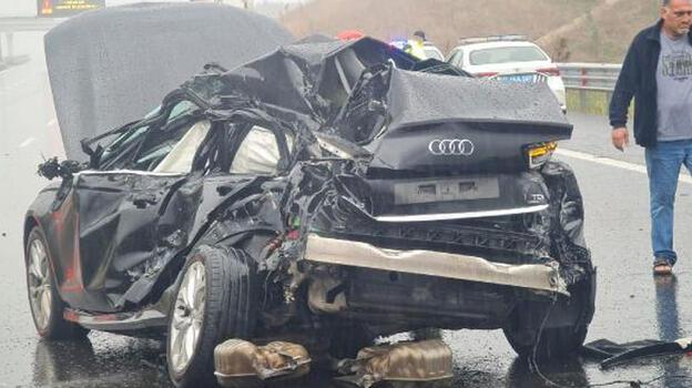 Son dakika' Yağmurla kayganlaşan yolda otomobil, TIR'a çarptı: 1 ölü
