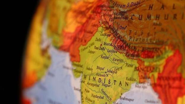 Hindistan'da 4 katlı bina çöktü