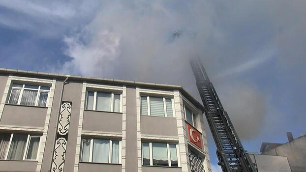 Bayrampaşa'da çatı yangını! Kısa sürede söndürdü