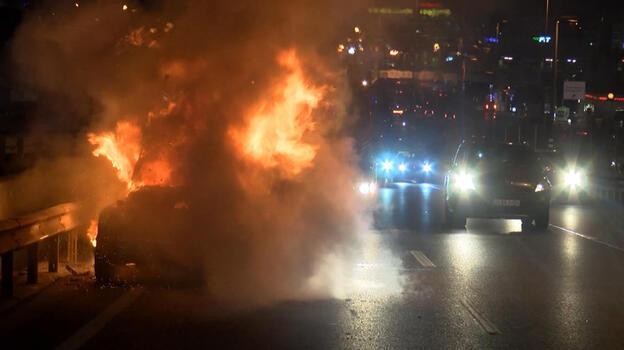 Yoldan geçenler uyardı! Otomobil alev alev yandı