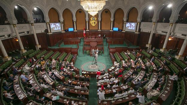 Tunus'taki 5 parti anayasanın askıya alınmasına karşı