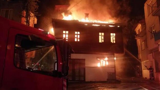 Korkutan yangın!Tarihi konak alev alev yandı