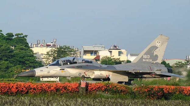 Tayvan'a ait jetlerden otoyola iniş kalkış tatbikatı