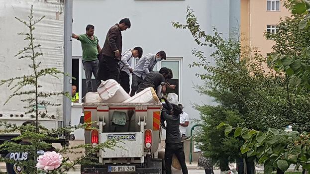 TIR'da saman balyalarının arkasına gizlenen 69 kaçak yakalandı