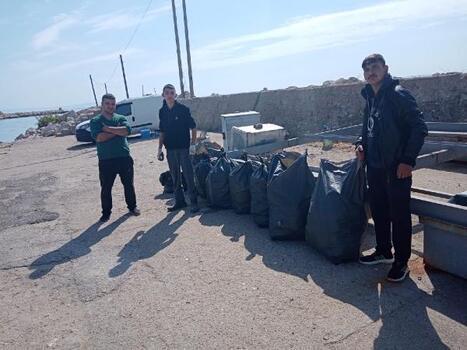 Gönüllü gençler limanda çevre temizliği yaptı