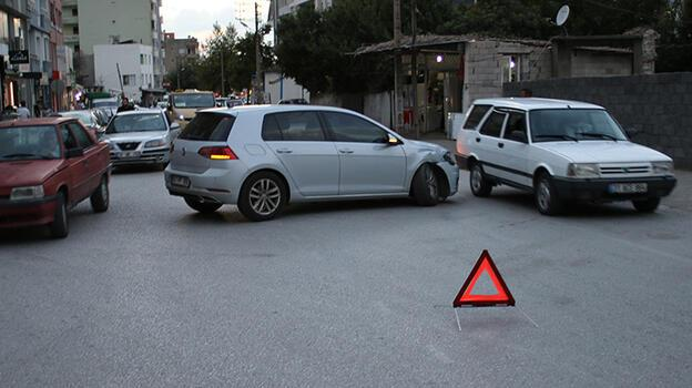 Hatay'da minibüsle otomobil çarpıştı: 1 yaralı