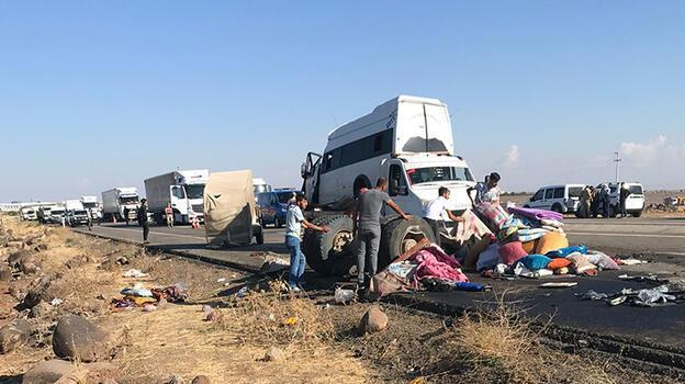 Diyarbakır'da kamyon ile işçi minibüsü çarpıştı: 1 ölü, 19 yaralı