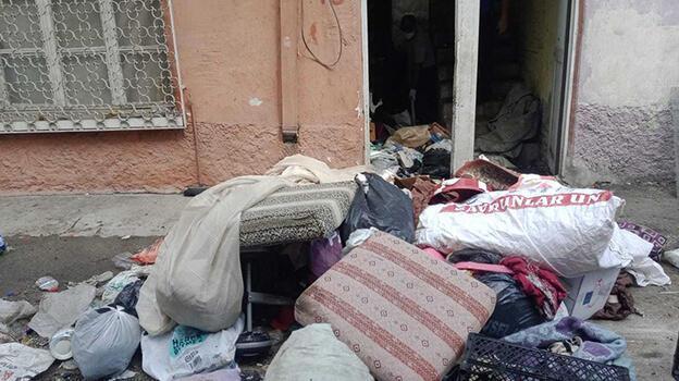 Adana'da bir evden 9 kamyon çöp çıkarıldı