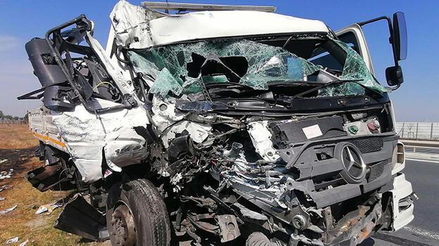 TIR'a çarpan kamyonun şoförü yaralandı
