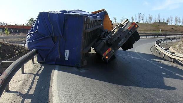 Tuzla'da 5 ton yük taşıyan TIR virajı alamayınca devrildi