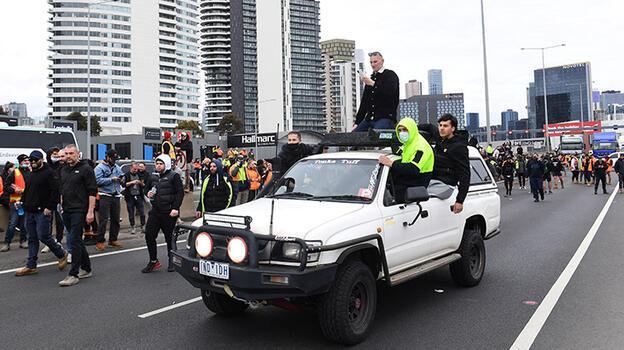 İnşaat işçilerine koronavirüs aşı zorunluluğuna protesto