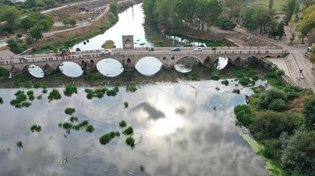 Tunca Nehri'nde ot öbekleri oluştu