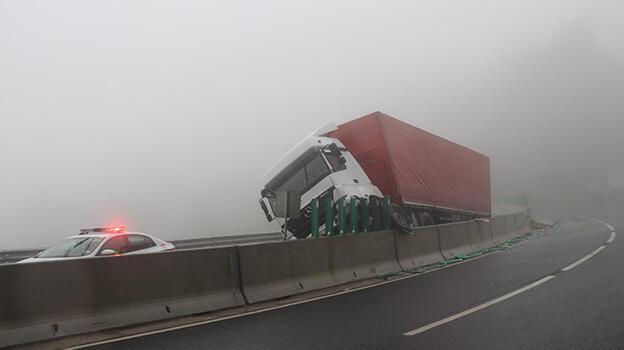 Bolu Dağı'ndaki kazada TIR bariyerlere asılı kaldı