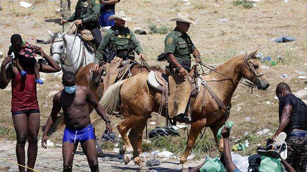 ABD'li sınır muhafızlarından göçmenlere kementli saldırı!