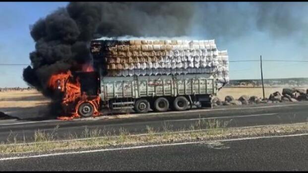Siverek'te, saman yüklü kamyon alev aldı