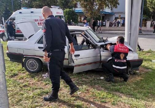 Sivas'ta otomobil reklam panosuna çarptı: 2 yaralı