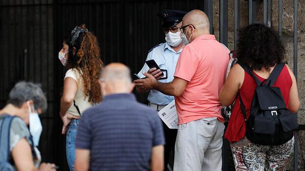İtalya'da koronavirüs salgınında günlük vakalar 5 binin altında seyrediyor