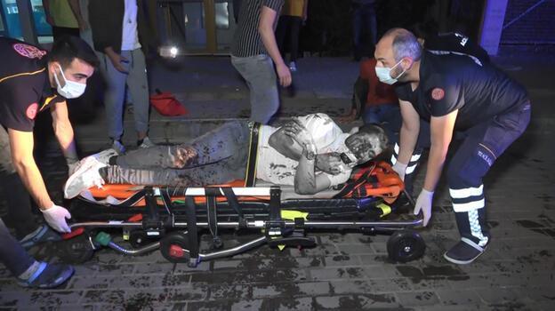 Hafif ticari araç park halindeki otobüse çarptı! 1'i ağır 3 yaralı...