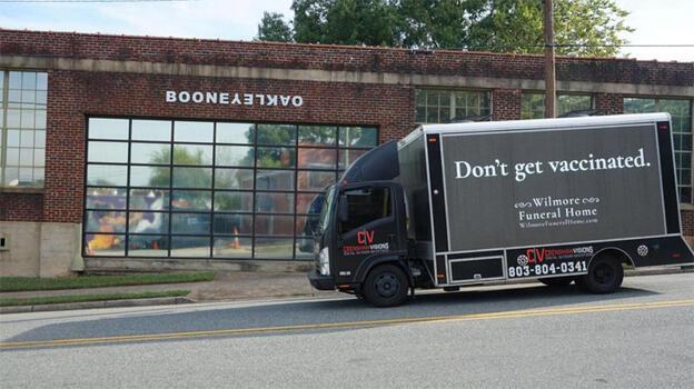 Cenaze evinden reklam: Aşı olmayın!