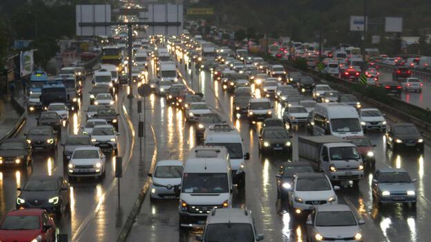 İstanbul'da yağış sonrası trafik kilitlendi!